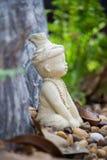 Poca statua dell'eremita o di Ruesi nel giardino di Wat Chonprathan Rangsarit, strada di Tiwanon, colpo Talat, Amphoe Pak Kret, N fotografia stock