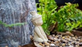 Poca statua dell'eremita o di Ruesi nel giardino di Wat Chonprathan Rangsarit, strada di Tiwanon, colpo Talat, Amphoe Pak Kret, N Immagini Stock Libere da Diritti