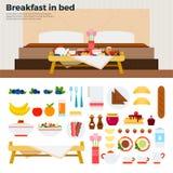 Poca tavola con la prima colazione vicino al letto Fotografie Stock Libere da Diritti