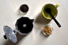 Poca taza y cuchara negra con el azúcar y el moka Imagen de archivo
