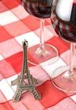 Poca torre Eiffel e un paio dei bicchieri di vino Immagini Stock Libere da Diritti