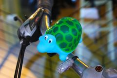 Poca tortuga es la decoración de una bici fotos de archivo libres de regalías