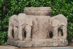 Poca vasca con la base dell'elefante immagine stock