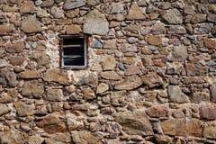 Poca ventana de un castillo viejo fotos de archivo