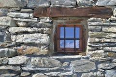 Poca ventana en fachada empedrada Foto de archivo libre de regalías