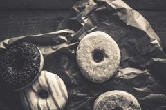 Pocas clases de anillos de espuma en el fondo de madera Fotografía de archivo libre de regalías
