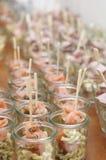 Pocas ensaladas de los salmones del fingerfood Fotos de archivo libres de regalías