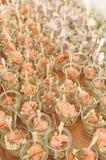 Pocas ensaladas de los salmones del fingerfood fotografía de archivo