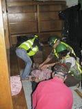 Pocas personas que ayudan a la persona herida Foto de archivo libre de regalías