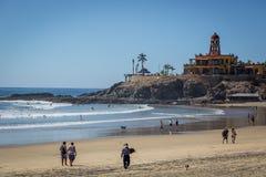 Pocas personas que disfrutan del día temprano en Todos Santos varan en Baja California, México Fotos de archivo