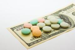 Pocas píldoras en billete de banco del dólar Fotografía de archivo