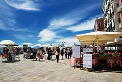 Pocas tiendas y turistas en Venecia Imágenes de archivo libres de regalías