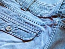 Poche arrière sur les jeans bleus masculins de denim du ` s Photographie stock libre de droits