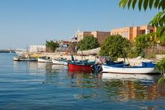 Poche barche Nassebar bulgaria pilastro fotografia stock libera da diritti