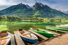 Poche barche sul lago Hintersee in alpi tedesche, Europa Fotografia Stock Libera da Diritti