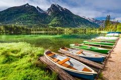 Poche barche sul lago Hintersee nelle alpi Fotografia Stock
