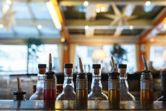 Poche bottiglie sul barista della barra hanno preparato per la fabbricazione delle bevande alcoliche Fotografia Stock Libera da Diritti