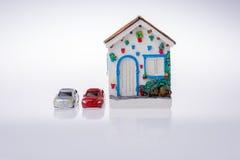 Poche casa di modello ed automobili di modello Fotografia Stock Libera da Diritti