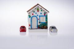 Poche casa di modello ed automobili di modello Immagine Stock