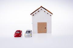 Poche casa di modello ed automobili di modello Fotografia Stock