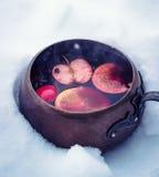 Poche de cuivre de vintage avec du vin chaud chaud photographie stock libre de droits