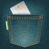 Poche de denim avec la carte de crédit sur un fond gris Image libre de droits