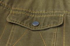 Poche de valve avec le fermoir de bouton sur des vêtements Photographie stock