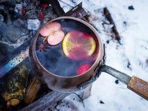 Poche de vintage avec du vin chaud chaud sur un feu Photographie stock libre de droits