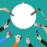 Poche mani dei giornalisti con i microfoni Fotografia Stock Libera da Diritti