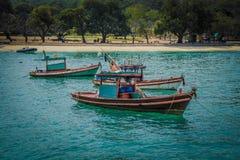 Poche navi in mare, Tailandia Immagine Stock