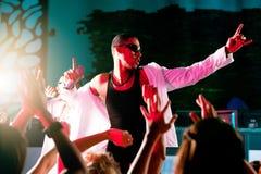 Pochen oder Hip-Hopmusiker, die an der Stufe durchführen Stockfotografie