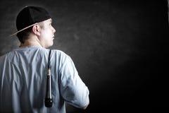 Pochensänger-Rappermann mit Mikrofon Stockfotos