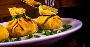 Poches bourrées de crêpes avec les champignons et l'oignon Image stock