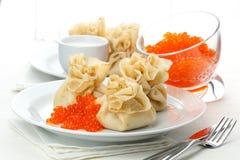 Poches de crêpe avec le caviar rouge Photographie stock
