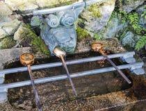 Poches de fontaine de purification de Chozuya Lavabo traditionnel de Shinto de Japonais pour les croyants rituels de cleaningof photographie stock