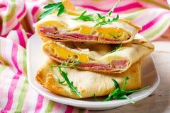 Poches de fromage d'oeufs de jambon pour un petit déjeuner photos stock