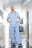 Poches de With Hands In de physiothérapeute se tenant au centre de réadaptation Images stock