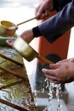 Poches de purification de tombeau de Shinto image stock