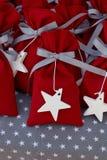 Poches rouges de tissu avec les étoiles blanches Photo libre de droits