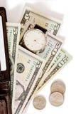 Pochette avec de l'argent et la montre sur le fond blanc. image stock