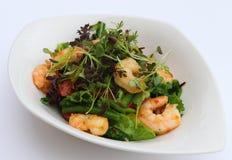 Pochez les crevettes roses et la salade verte de feuilles images libres de droits