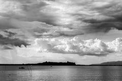 Pochi barca e grande cielo Fotografia Stock