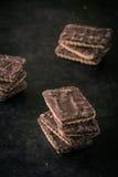 Pochi biscotti del cioccolato in pila sul vassoio scuro Immagine Stock Libera da Diritti