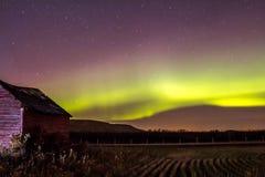 Pochi granaio e aurora boreale rossi Immagini Stock Libere da Diritti