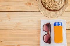 Pochi oggetti di estate su fondo di legno Immagine Stock