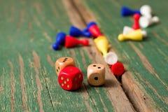 Pochi tagliano e le figurine di colore sul bordo di legno verde Fotografia Stock Libera da Diritti