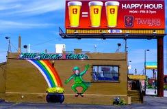 Pochi vaso + happy hour di Brown House=! Immagine Stock Libera da Diritti
