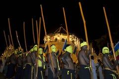 Pochodnia okaziciele czekać na początek Esala Perahera korowód w Kandy w Sri Lanka zdjęcia stock