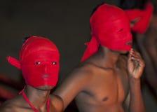 Pochodnia okaziciele czekać na początek Esala Perahera w Kandy w Sri Lanka (korowód) fotografia royalty free