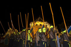 Pochodnia okaziciele czekają przed świątynią Święta ząb relikwia w Kandy w Sri Lanka przed początkiem Esala Perahera fotografia royalty free